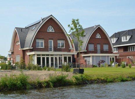Twee vrijstaande woningen te Voorschoten